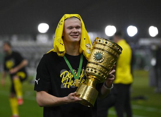 엘링 홀란드(도르트문트)가 14일 새벽(한국시각) 독일 베를린 올림피아슈타디온에서 열린 라이프치히와의 포칼 결승전에서 2골을 기록하며 팀의 우승을 이끌었다. /자료=로이터