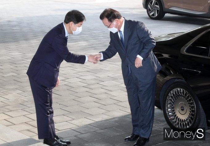 [머니S포토] 구윤철 국무조정실장과 악수하는 김부겸 신임 총리