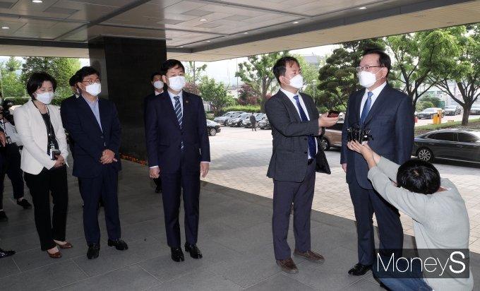 [머니S포토] 취재진 질문에 답하는 김부겸 신임 총리