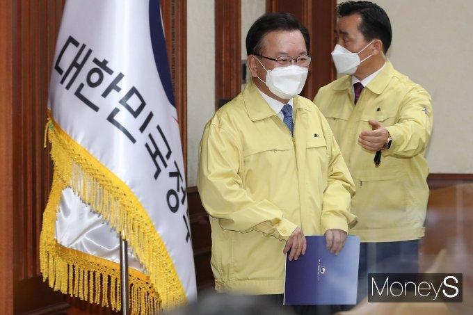 [머니S포토] 코로나19 대응 중대본 회의 참석하는 김부겸 신임 총리