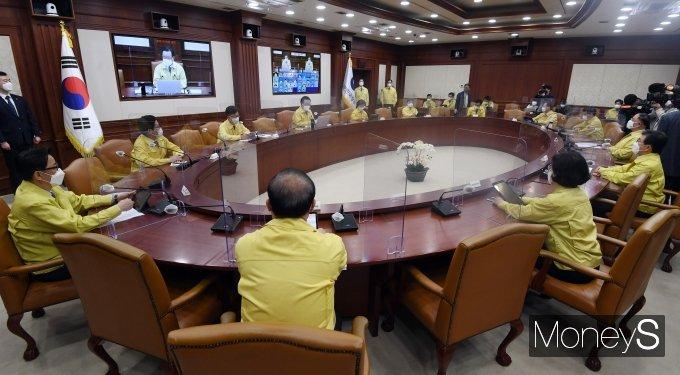 [머니S포토] 김부겸 신임 총리 주재로 열린 코로나19 대응 중대본 회의