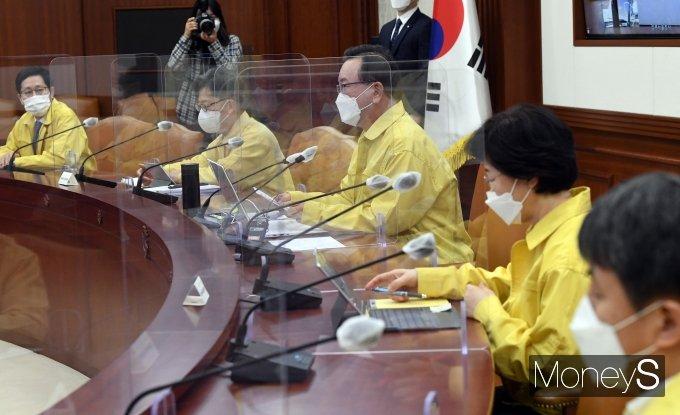 [머니S포토] 코로나19 중대본 회의서 발언하는 김부겸 신임 총리