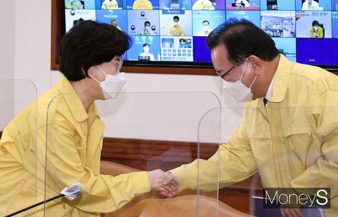 [머니S포토] 중대본 회의 참석하며 정영애 장관과 인사하는 김부겸 총리