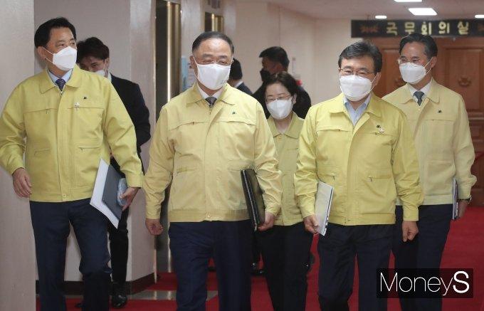 [머니S포토] 코로나19 중대본 회의 참석하는 홍남기·권덕철·조성욱