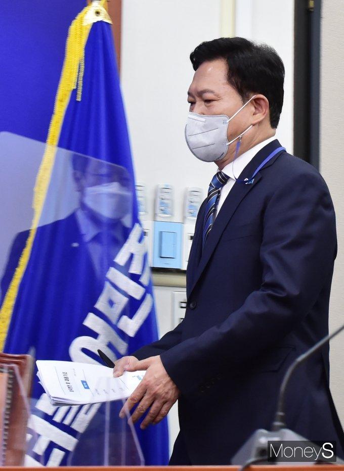 [머니S포토] 민주당 최고위 들어서는 송영길 대표