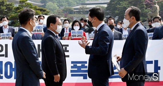 [머니S포토] 野 청와대 앞 긴급 의총, 총리인준 강행 항의하는 '김기현'