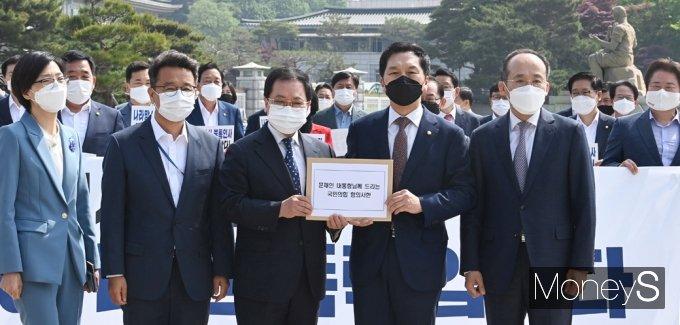 [머니S포토] 총리인준 강행 규탄 항의서 전달받는 유영민 靑 비서실장