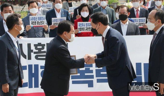[머니S포토] 국민의힘, 총리 인준 강행 규탄 항의서 청와대 전달