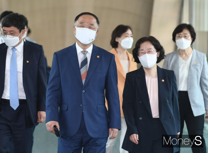 [머니S포토] 제47대 김부겸 국무총리 취임식 참석하는 홍남기·조성욱