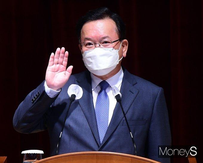 [머니S포토] 김부겸 총리 '취임 선서'