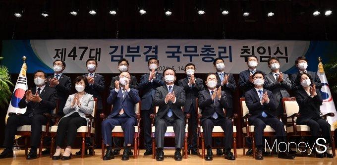[머니S포토] 국무위원들과 기념촬영 하는 김부겸 신임 국무총리
