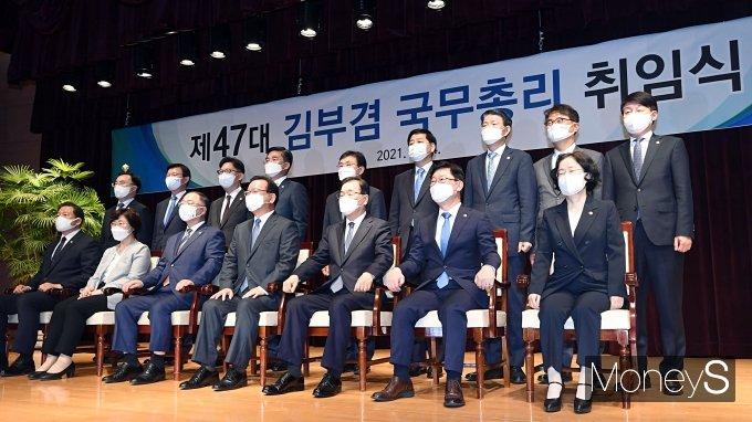 [머니S포토] 김부겸 신임 총리, 국무위원들과 함께