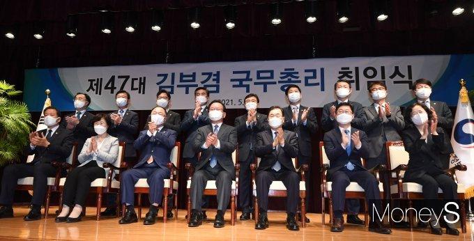 [머니S포토] 취임식서 박수치는 김부겸 신임 총리