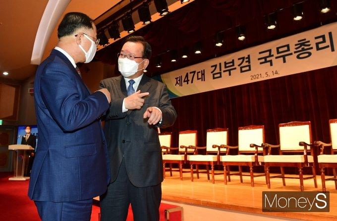 [머니S포토] 홍남기 부총리와 대화하는 김부겸 총리