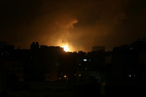 이스라엘·팔레스타인 분쟁으로 14일(현지시각) 가자지구 내에 연기와 불꽃이 가득하다. /사진=로이터