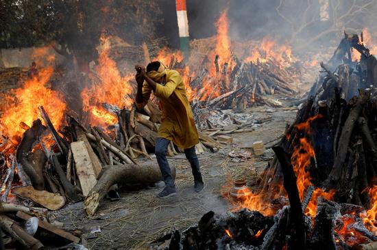 인도 보건 당국은 신종 코로나바이러스 감염증(코로나19)으로 인한 일일 사망자 수가 14일(현지시각) 오전 기준 4000명이라고 발표했다. 사진은 인도 뉴델리 화장터 모습. /사진=로이터