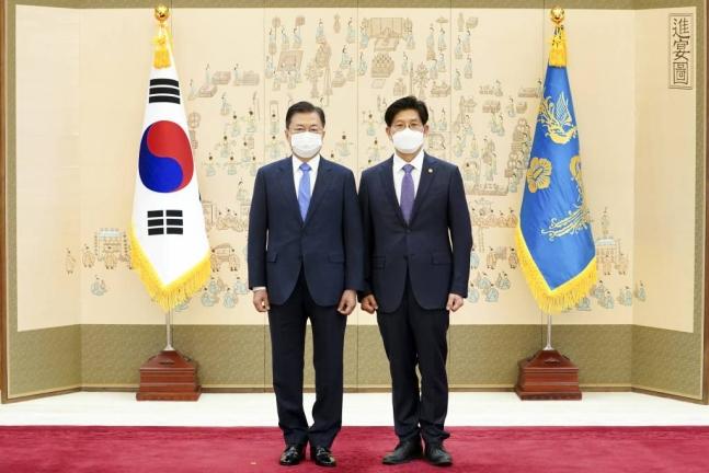 문재인 대통령(사진 왼쪽)이 14일 청와대에서 노형욱 국토교통부 장관에게 임명장을 수여하고 기념사진을 촬영하고 있다. /사진=뉴시스 박영태 기자