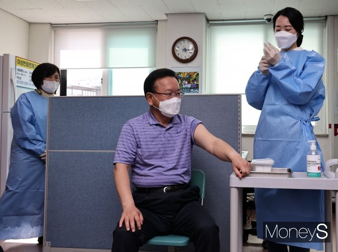 [머니S포토] AZ 백신 접종 앞둔 김부겸 신임 총리
