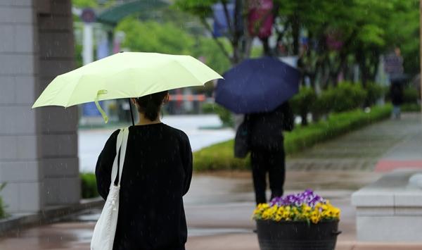 토요일(15일)은 전국적으로 비가 내려 무더위가 한풀 꺾일 전망이다. /사진=뉴스1