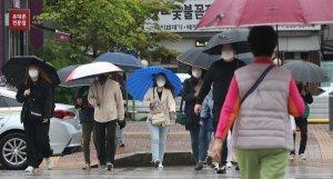 [오늘 날씨] 전국 적시는 비에 더위 주춤… 미세먼지 '보통'
