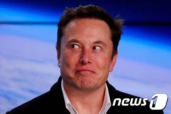 일론 머스크 테슬라 최고경영자(CEO)가 비트코인 결제 중단 발표 전 비트코인을 대거 팔았을 수도 있다는 의혹이 제기되면서 머스크에 대한 비판이 고조되고 있다./사진=뉴스1(로이터)