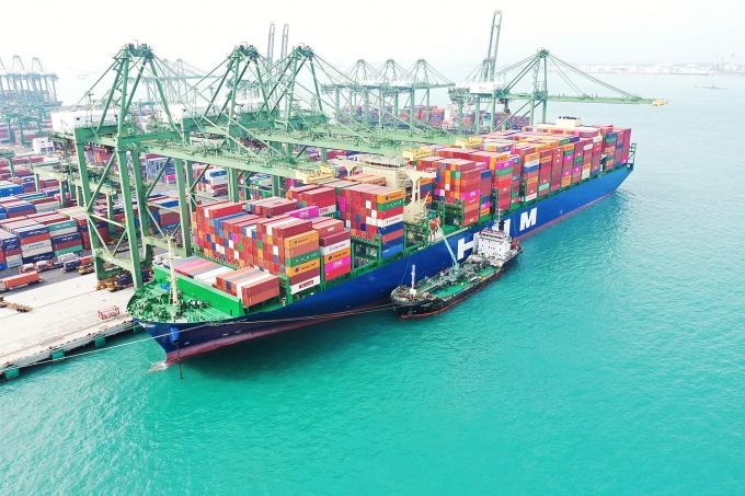 1만6000TEU급 컨테이너 1호선 HMM 누리호가 싱가포르항에서 화물을 가득 채우고 유럽 출항을 준비하고 있다. /사진=HMM   /사진=HMM