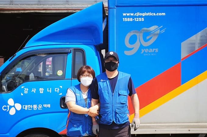 CJ대한통운 부부 택배기사 정운철씨(오른쪽)와 최은영씨(왼쪽) /사진제공=CJ대한통운