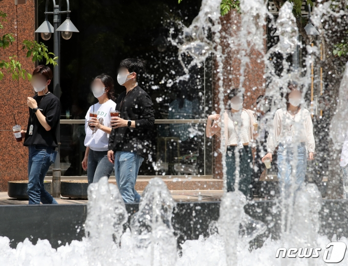 전국적으로 낮 최고기온이 30도까지 올라가며 초여름 더위를 기록한 14일 오후 서울 청계천에서 시민들이 더위를 피하고 있다. 기상청은 주말에 비가 내리며 더위를 식혀줄 것으로 예보했다. 2021.5.14/뉴스1 © News1 김진환 기자