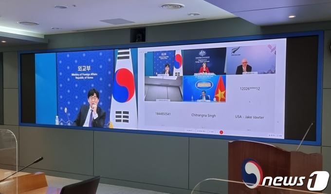한국을 포함한 7개국 외교차관들이 14일 코로나19 상황 대응 논의에 관한 화상회의를 가졌다.(외교부 제공) © 뉴스1