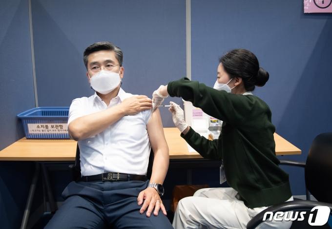 서욱 국방부 장관이 6월 초 국외출장을 고려해 아스트라제네카 백신 2차 접종을 마쳤다. (국방부 제공) © 뉴스1