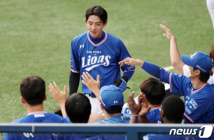 [사진] 동료들의 축하 받는 구자욱