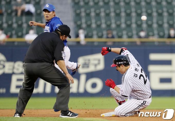 [사진] '통산 12번째 1100타점' 김현수 '상대의 실책으로 3루까지'