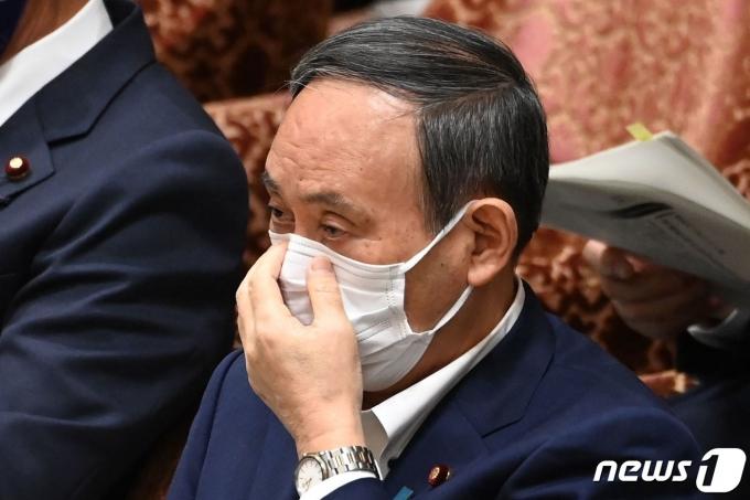 스가 요시히데 일본 총리가 11일 참의원 예산의원회에 출석해 발언하고 있다. © AFP=뉴스1