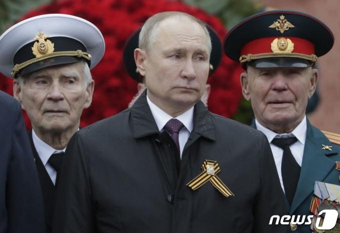 블라디미르 푸틴 러시아 대통령(가운데). © AFP=뉴스1