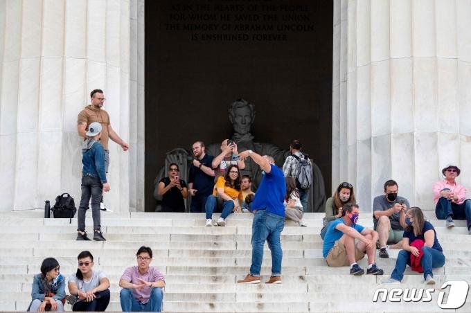 마스크를 벗은 미국 시민들의 모습. © AFP=뉴스1
