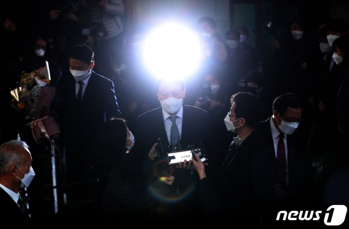 윤석열 전 검찰총장이 검찰직원들의 인사를 받으며 서울 서초구 대검찰청을 나서는 모습. 2021.3.4/뉴스1 © News1 이성철 기자