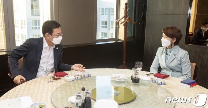 한정애 환경부 장관이 12일 오후 박남춘 인천광역시장과 수도권매립지 문제에 대해 논의하고 있다.(환경부 제공) 2021.5.12/뉴스1