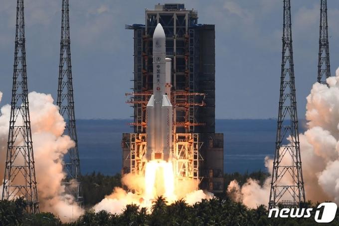 중국 화성탐사선 톈원1호를 실은 우주발사처 창정5호가 하이난성 원창 우주발사센터에서 이륙하고 있다. © AFP=뉴스1
