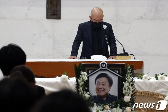 [사진] 이준익 감독 '이춘연 대표 추도사 낭독 중 터지는 울음'