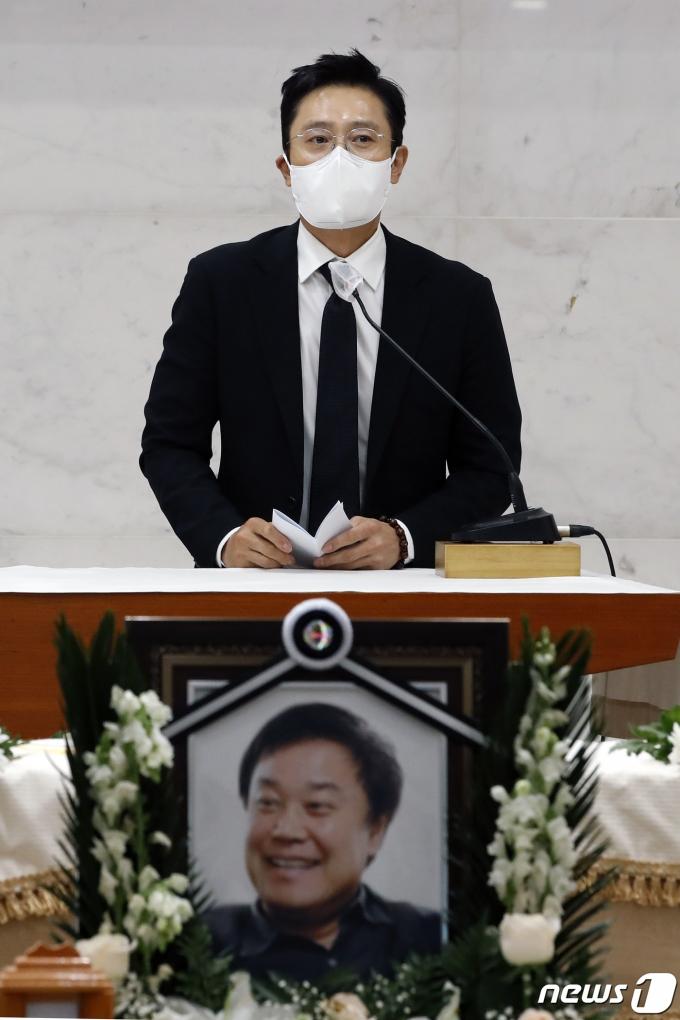 [사진] 배우 이병헌 이춘연 대표를 기리며