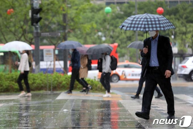 비가 내린 4일 오전 서울 청계천에서 우산을 쓴 시민들이 출근길 발걸음을 재촉하고 있다. 2021.5.4/뉴스1 © News1 황기선 기자