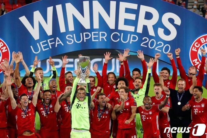 지난해 세비야(스페인)를 꺾고 UEFA 슈퍼컵 우승을 차지했던 바이에른 뮌헨(독일) 선수단. © AFP=뉴스1