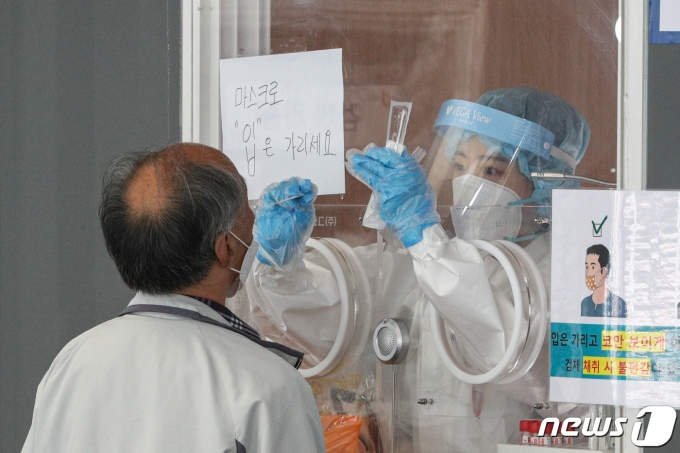 신종 코로나바이러스 감염증(코로나19) 신규 확진자가 511명 발생한 11일 오전 서울 중구 서울역광장에 마련된 임시 선별진료소를 찾은 시민들이 검체검사를 받고 있다. 2021.5.11/뉴스1 © News1 성동훈 기자