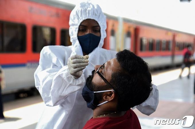 인도 시민이 코로나19 진단 검사를 받고 있다,© AFP=뉴스1