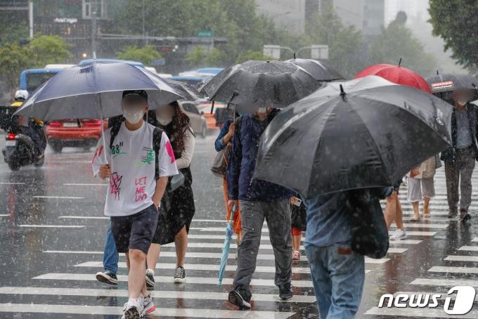 주말 전국에 비가 예고된 15일 오후 서울 광화문 네거리에서 시민들이 비를 피해 발걸음을 재촉하고 있다. 2021.5.15/뉴스1 © News1 성동훈 기자