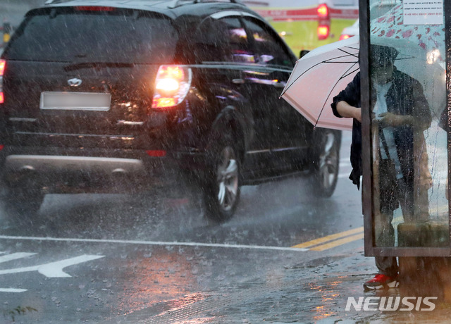 기상청에 따르면 전날 서쪽지역에서 시작된 비가 이날 새벽(00~06시)에 전국으로 확대돼 17일까지 경기도 남부·강원도 영서 남부·충청권·전라북도·전라남도 북부·경북권에서는 50∼100㎜의 강수량을 기록할 전망이다./사진=뉴시스