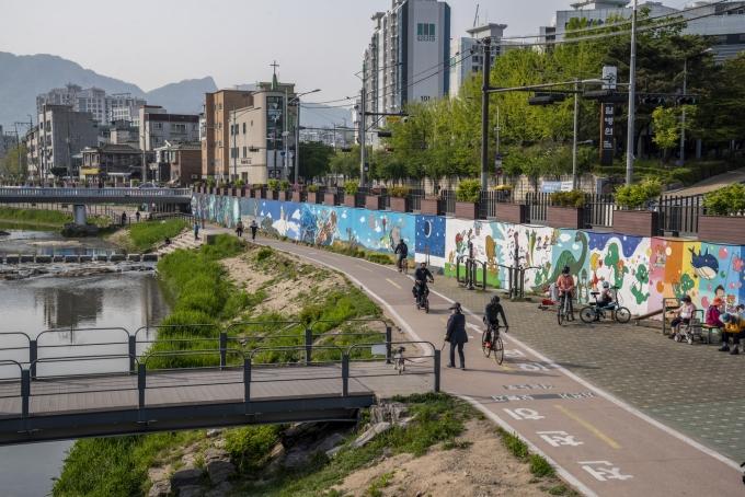 우이천 쌍문교~쌍한교~수유교 구간에 420m에 달하는 둘리 벽화가 그려져 있다. 이하 서울관광재단 제공