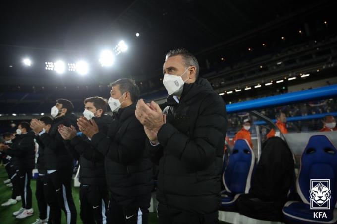 대한민국 파울루 벤투 감독이 25일 일본 요코하마시 닛산스타디움에서 열린 한일전에서 경기 시작 전 선수들에게 응원의 박수를 치고 있다. (대한축구협회 제공) 2021.3.25/뉴스1