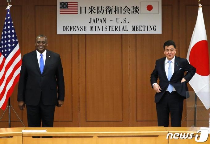 로이드 오스틴 미국 국방장관(왼쪽)과 기시 노부오 일본 방위상 <자료사진> © 로이터=뉴스1