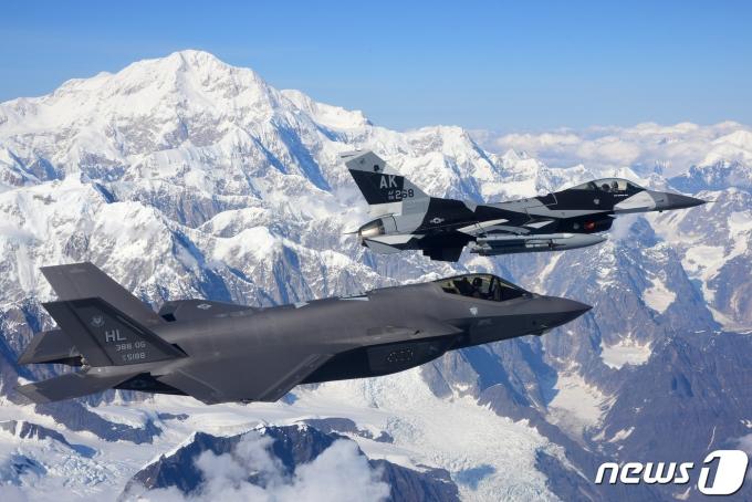작년 8월 미국 알래스카주에서 실시된 '레드플래그 알래스카 20-3' 훈련에 참가한 미 공군의 F-35A '라이트닝2' 스텔스 전투기(왼쪽)와 F-16 '파이팅 팰컨' 전투기 (미 공군) © 뉴스1